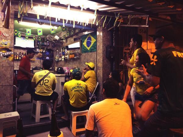 Fußballgucken in der Favela