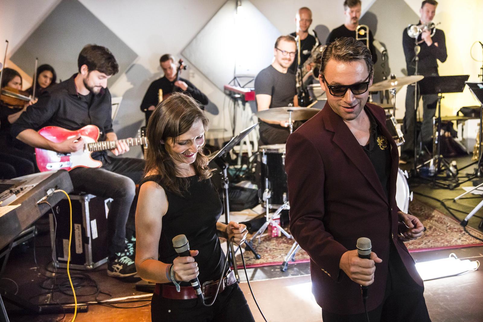 Rocko Schamoni mit Orchester bunt