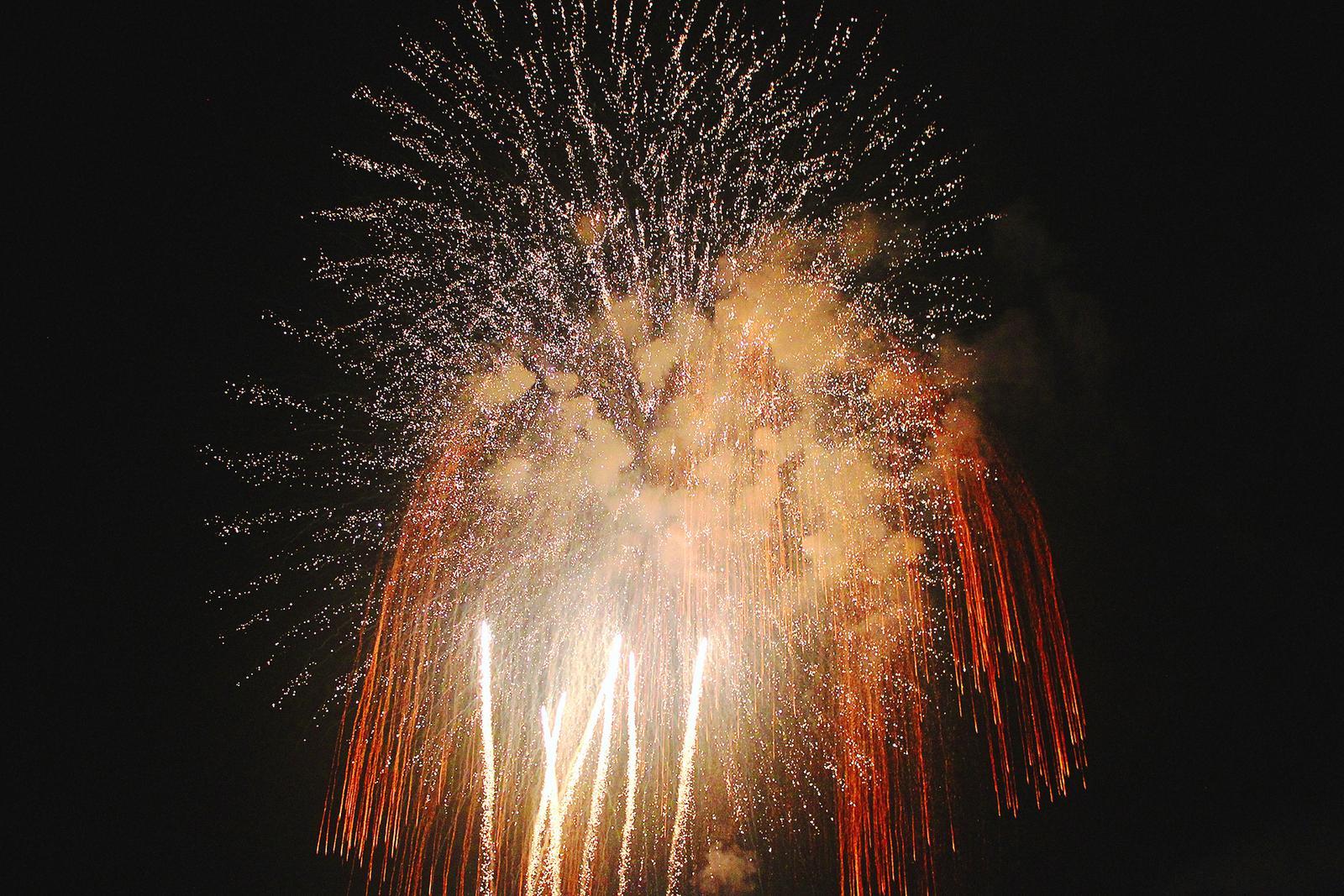 Omagari Feuerwerk nachts quer