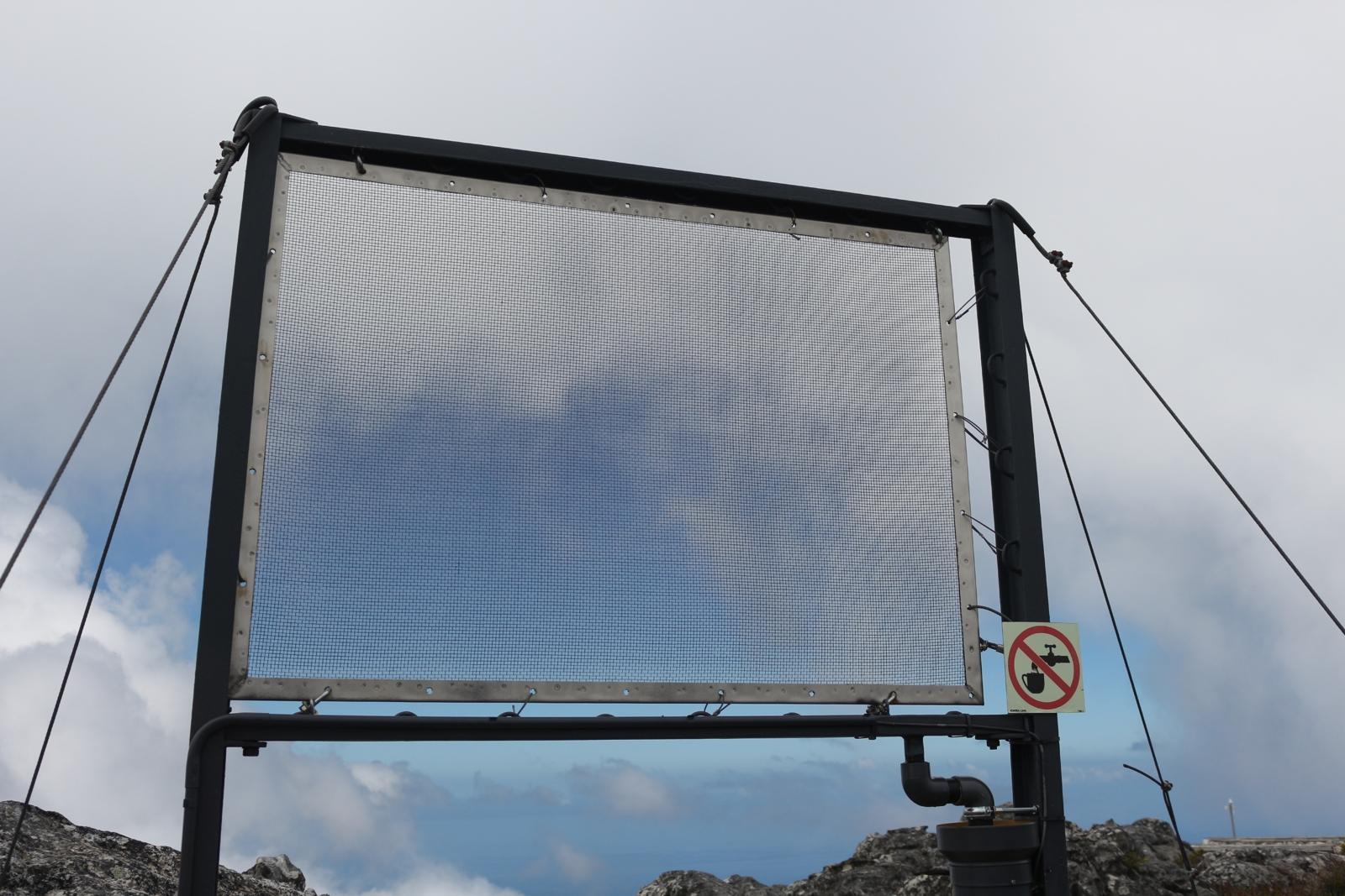Water Works 10 - ein Nebelauffangnetz auf dem Tafelberg in Südafrika